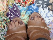 Los pies de Marga, con la pedicura a la última, of course.